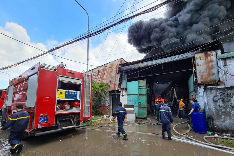 Bình Dương: Cháy lớn, cả khu dân cư hoảng loạn - ảnh 4