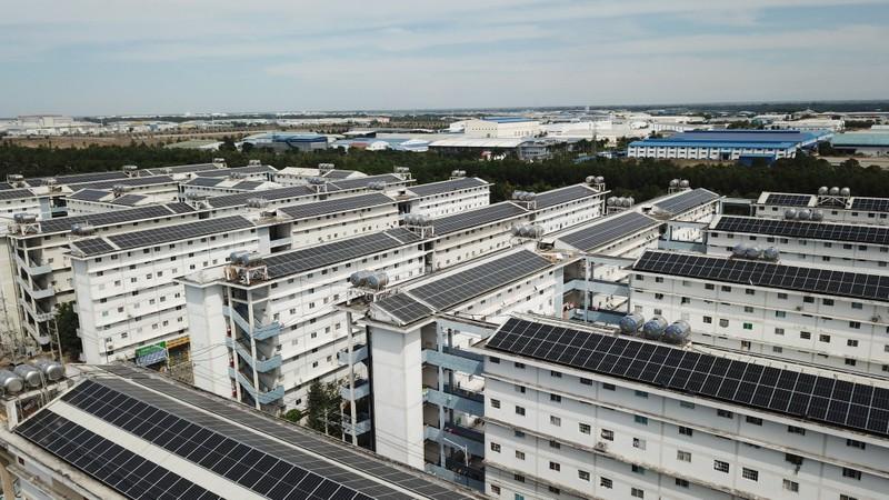 Dân bức xúc việc lắp điện năng lượng mặt trời ở mái chung cư - ảnh 1