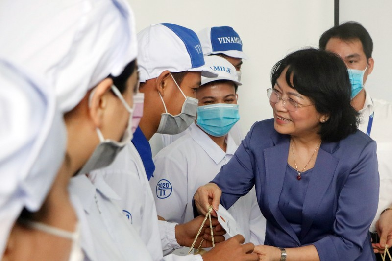 Phó Chủ tịch nước trao quà cho công nhân khó khăn ở Bình Dương - ảnh 2