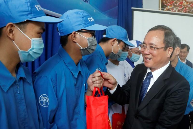 Phó Chủ tịch nước trao quà cho công nhân khó khăn ở Bình Dương - ảnh 4