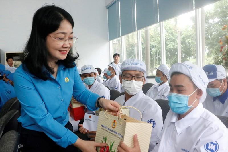 Phó Chủ tịch nước trao quà cho công nhân khó khăn ở Bình Dương - ảnh 5