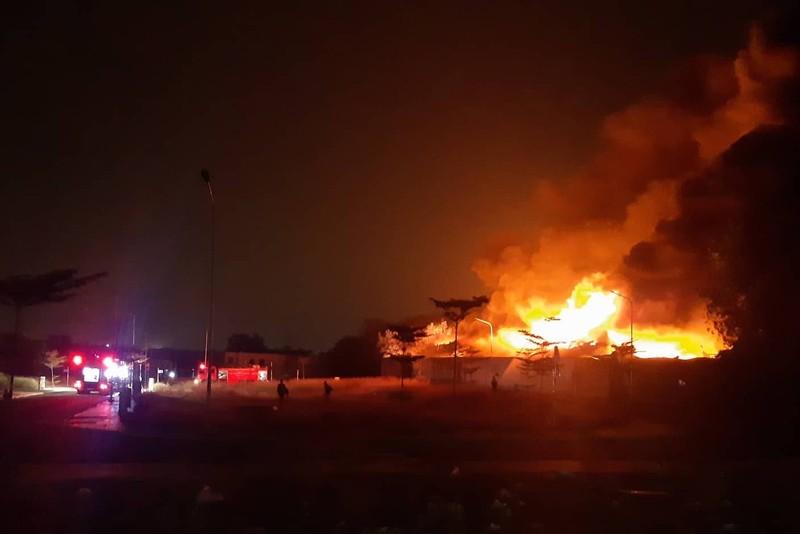 Bình Dương: Xưởng pallet cháy đỏ rực trong đêm - ảnh 1