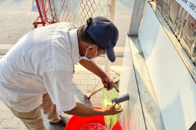 Bình Dương: ATM gạo đã đến với người dân khu phong tỏa - ảnh 2