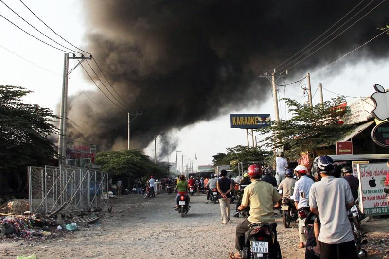 Cháy lớn thiêu rụi nhiều ki-ốt ở Bình Dương - ảnh 1