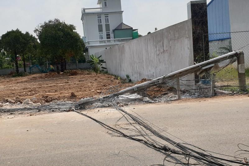 Bình Dương: Xe ben kéo đổ trụ, cả khu phố mất điện - ảnh 3