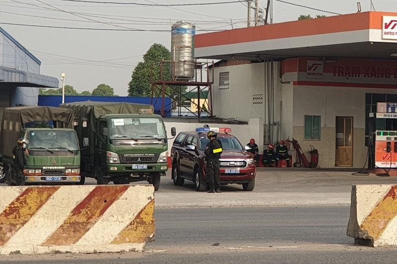 Hàng chục cảnh sát vây 2 cây xăng tại Bình Dương - ảnh 4