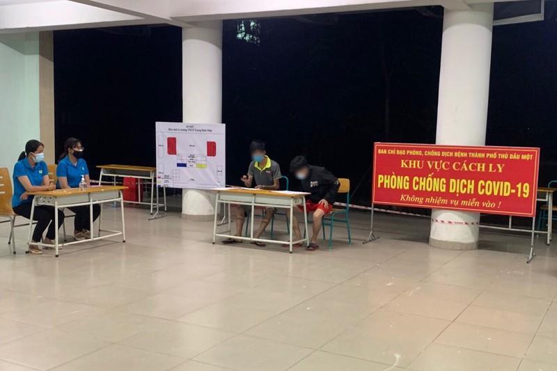 Phạt 2 thanh niên ở Bình Dương trốn khỏi khu cách ly mua thuốc hút - ảnh 1