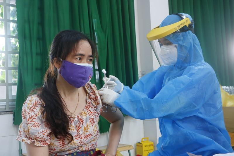 """Bình Dương: Số ca nhiễm tăng cao, vaccine """"ngâm"""" trong kho - ảnh 1"""