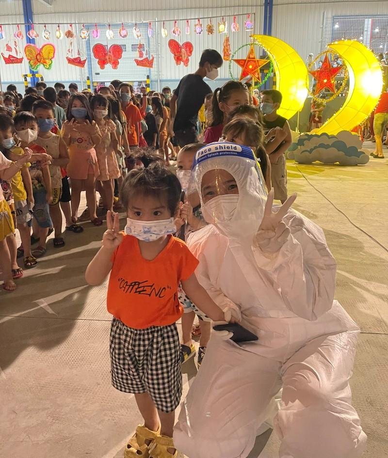 1.200 trẻ em là F0 ở Bình Dương vui vẻ ca hát trong đêm trung thu đặc biệt - ảnh 5