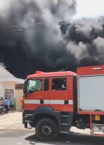 Cháy lớn tại công ty sản xuất mút xốp ở Bình Dương - ảnh 3
