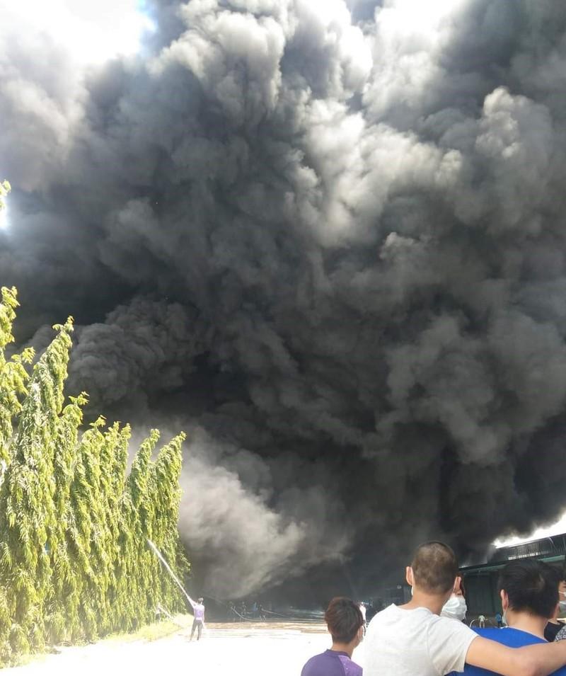 Cháy lớn tại công ty sản xuất mút xốp ở Bình Dương - ảnh 6