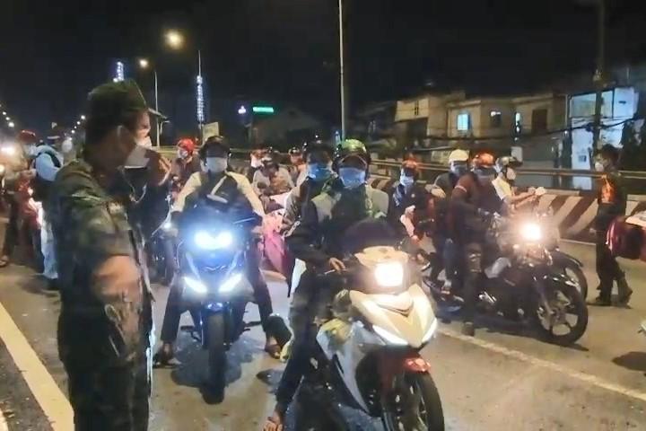 Hàng ngàn người ở Bình Dương nối đuôi nhau về quê trong đêm 2-10 - ảnh 9