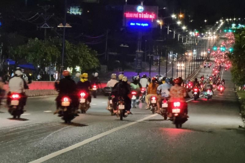 Hàng ngàn người ở Bình Dương nối đuôi nhau về quê trong đêm 2-10 - ảnh 1