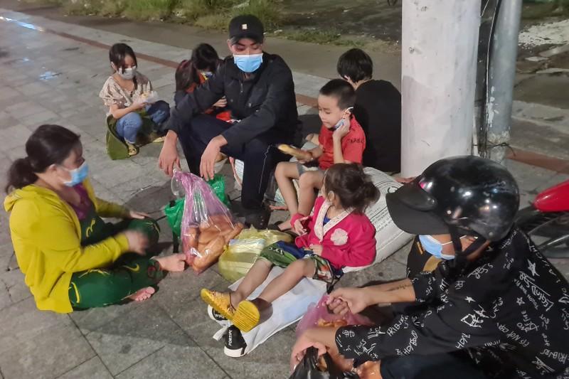 Vợ chồng cùng 5 người con nhỏ đi bộ từ Bình Dương về An Giang trong đêm - ảnh 2