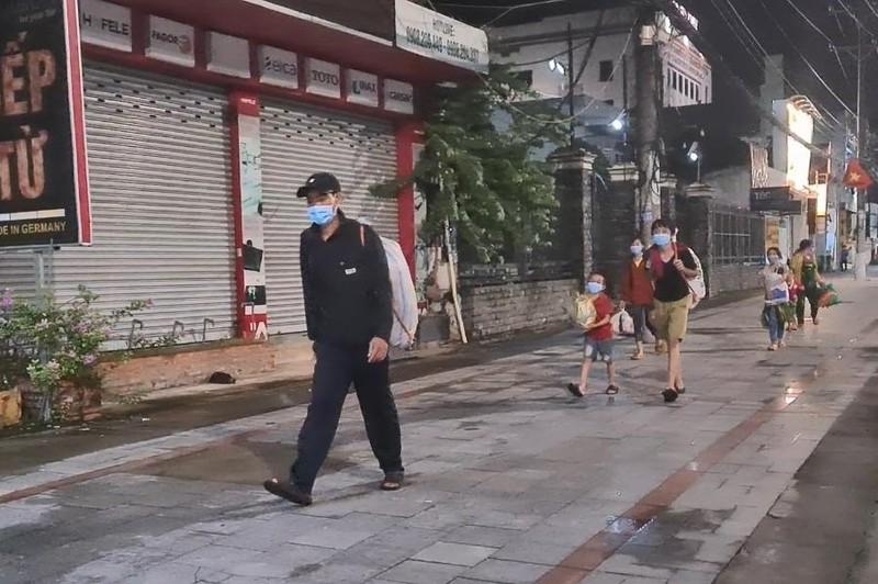 Vợ chồng cùng 5 người con nhỏ đi bộ từ Bình Dương về An Giang trong đêm - ảnh 1
