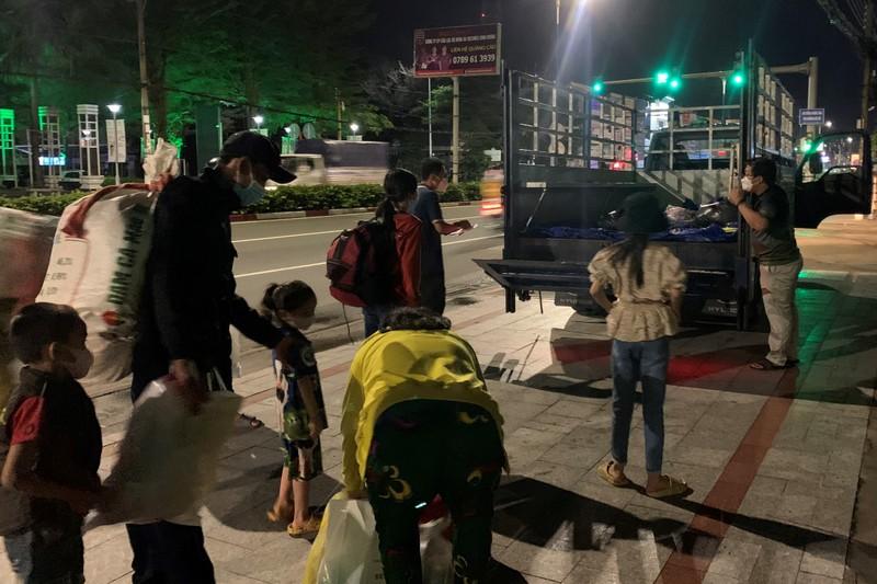 Vợ chồng cùng 5 người con nhỏ đi bộ từ Bình Dương về An Giang trong đêm - ảnh 7