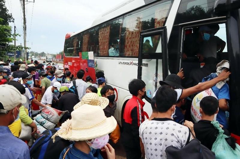 Bình Phước dùng ô tô đưa hơn 500 người dân đang đi bộ về quê - ảnh 2