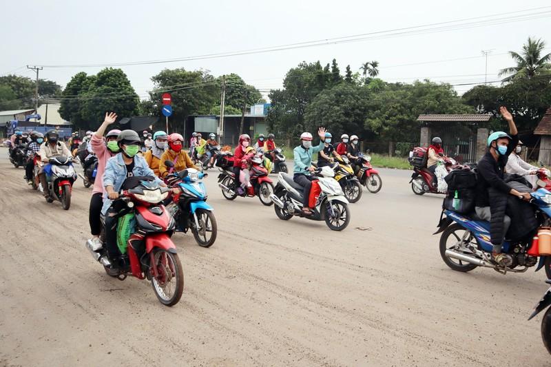 Bình Phước dùng ô tô đưa hơn 500 người dân đang đi bộ về quê - ảnh 1