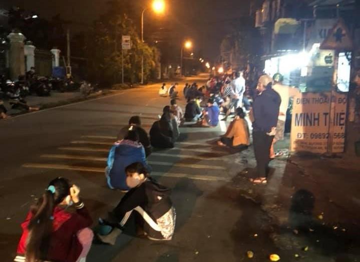 Hàng ngàn người ở Bình Dương chen lấn, đội nắng chờ tiêm vaccine - ảnh 2