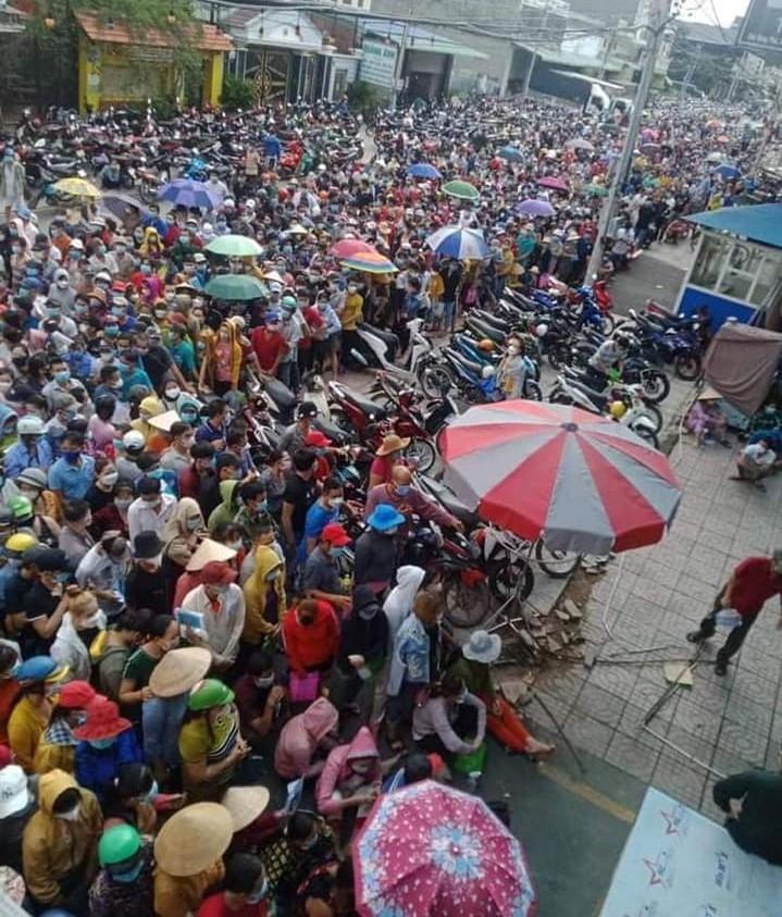 Hàng ngàn người ở Bình Dương chen lấn, đội nắng chờ tiêm vaccine - ảnh 1