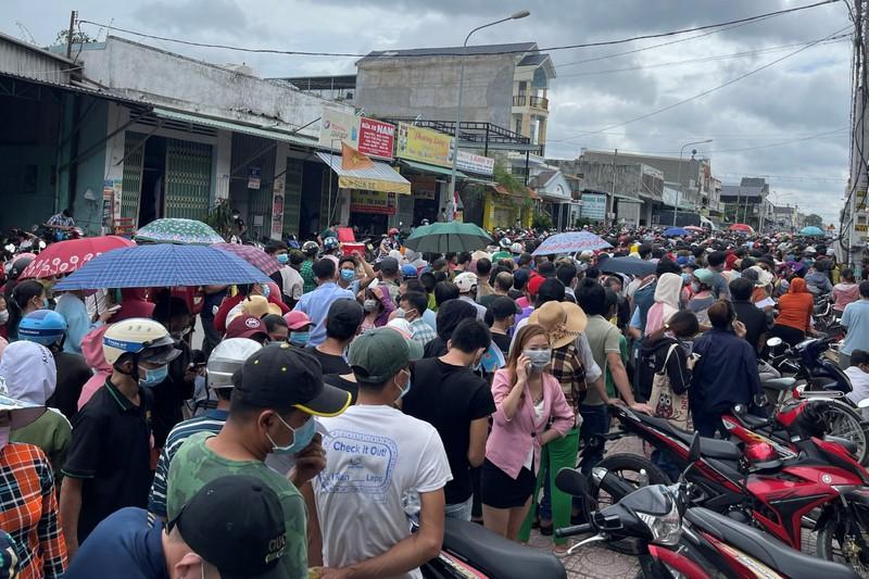 Hàng ngàn người ở Bình Dương chen lấn, đội nắng chờ tiêm vaccine - ảnh 3