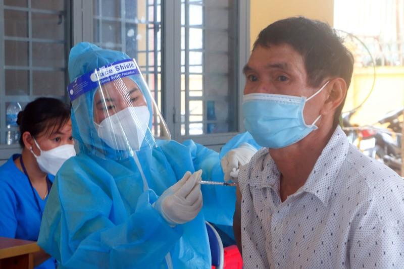 Bình Dương: Vaccine 'đầy kho', mọi người dân sẽ được tiêm đủ - ảnh 1