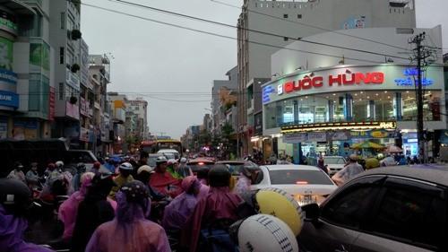 Đà Nẵng: Nhiều tuyến đường ngập lụt, người dân bì bõm trong mưa - ảnh 2