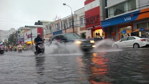 Đà Nẵng: Nhiều tuyến đường ngập lụt, người dân bì bõm trong mưa - ảnh 3