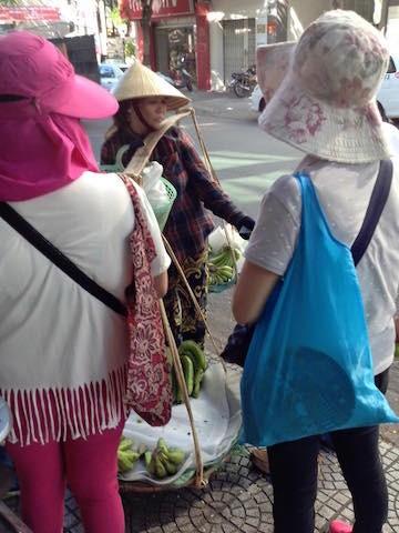 Những du khách Trung Quốc này không chịu trả tiền Việt mà trả bằng Nhân dân tệ nhưng chị bán hàng chuối không chịu.