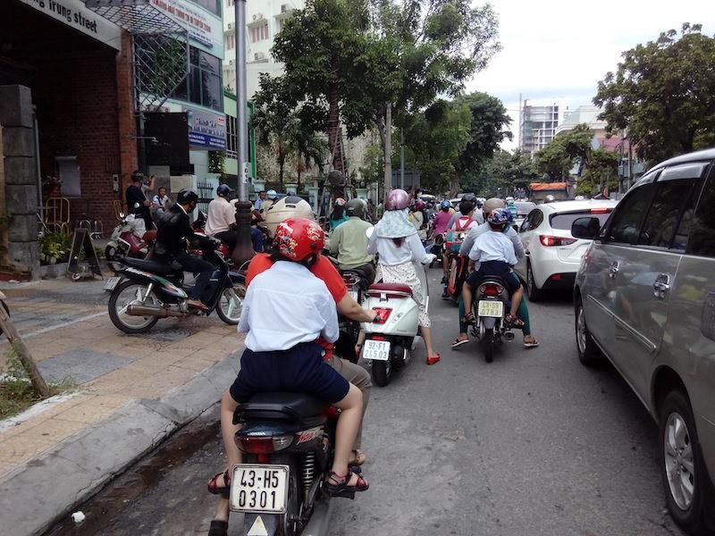 Giao thông khu vực trung tâm Đà Nẵng hỗn loạn vì rào đường - ảnh 4