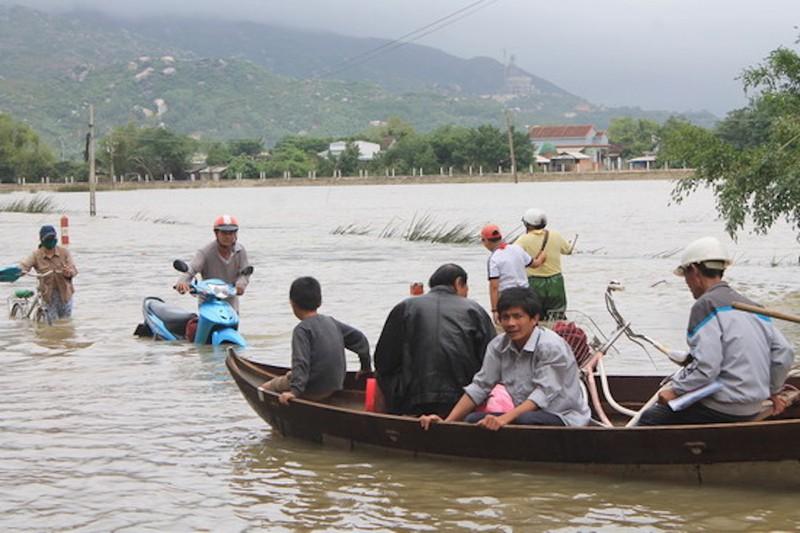 Nhiều nơi ở Khánh Hòa, Phú Yên lại bị lũ chia cắt  - ảnh 1