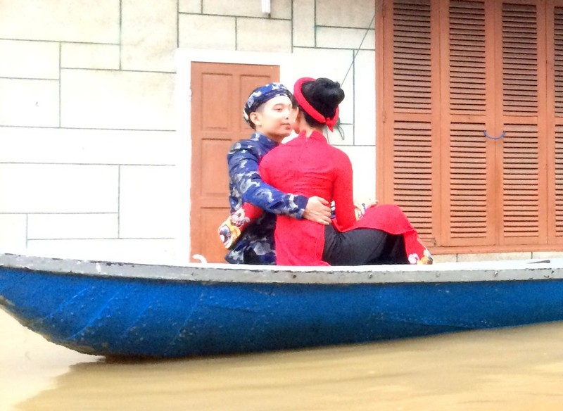 Chụp ảnh cưới trong nước lũ ở Hội An - ảnh 2