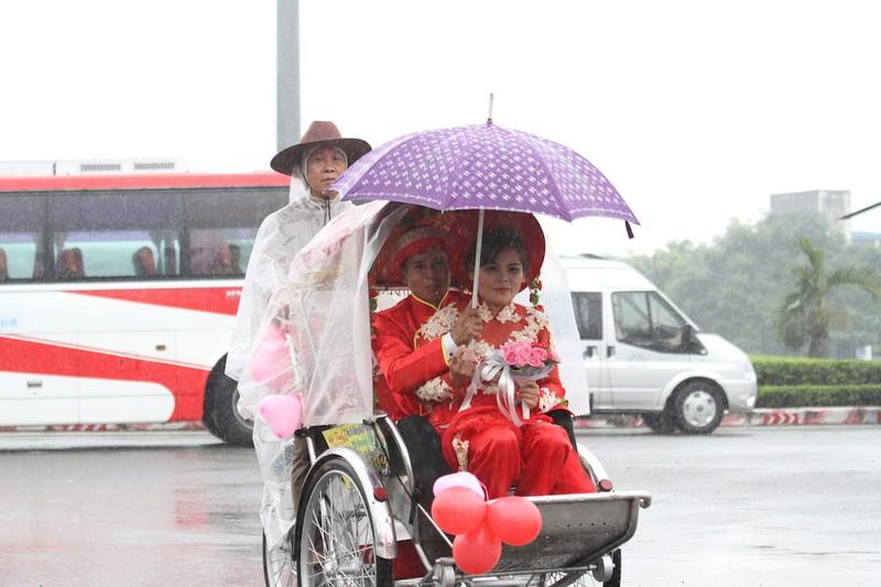 Lễ cưới tập thể rước dâu trong mưa - ảnh 2