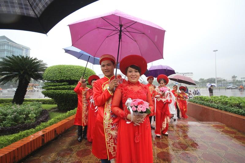 Lễ cưới tập thể rước dâu trong mưa - ảnh 4