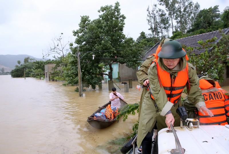 332 nhà dân bị sập, đổ vì lũ - ảnh 1