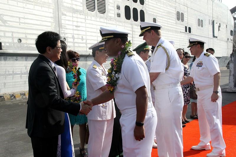 Tàu hải quân Mỹ chia tay Đà Nẵng - ảnh 1