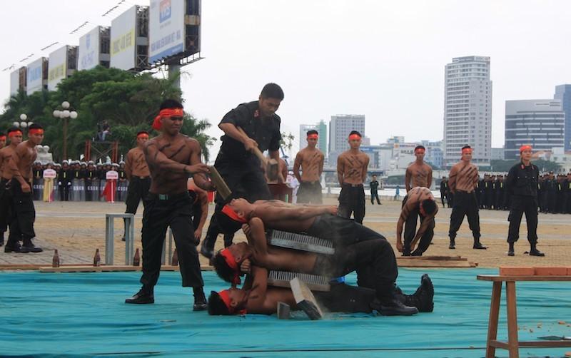 Những màn võ thuật chống khủng bố APEC đẹp mắt - ảnh 11