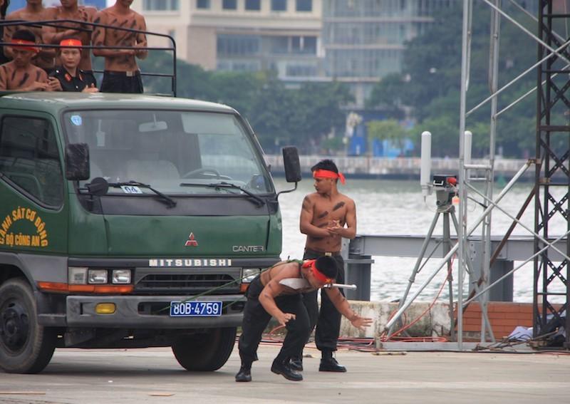 Những màn võ thuật chống khủng bố APEC đẹp mắt - ảnh 12