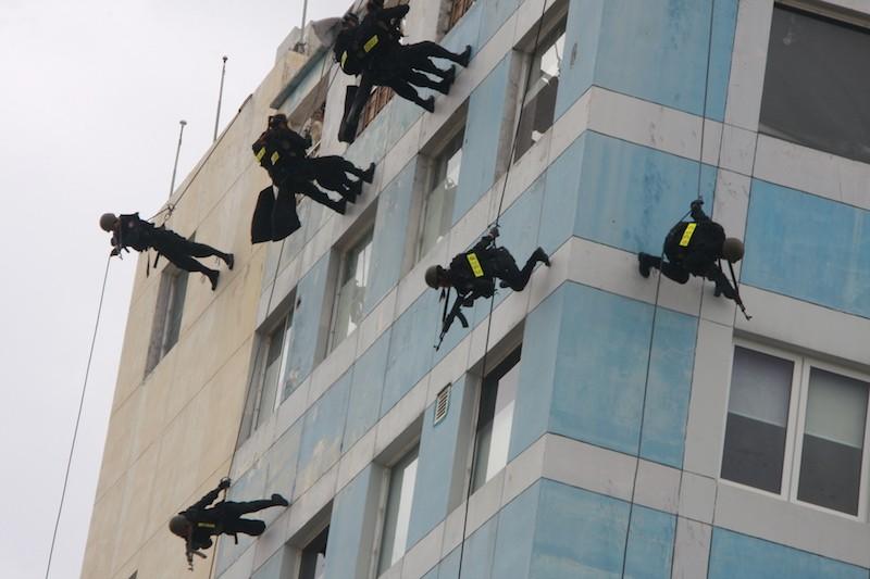 Những màn võ thuật chống khủng bố APEC đẹp mắt - ảnh 6