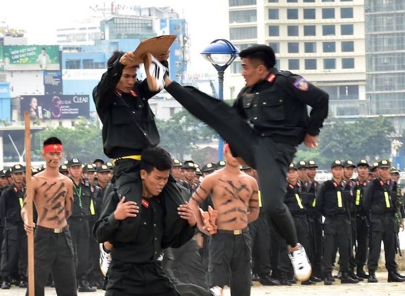 Những màn võ thuật chống khủng bố APEC đẹp mắt - ảnh 14