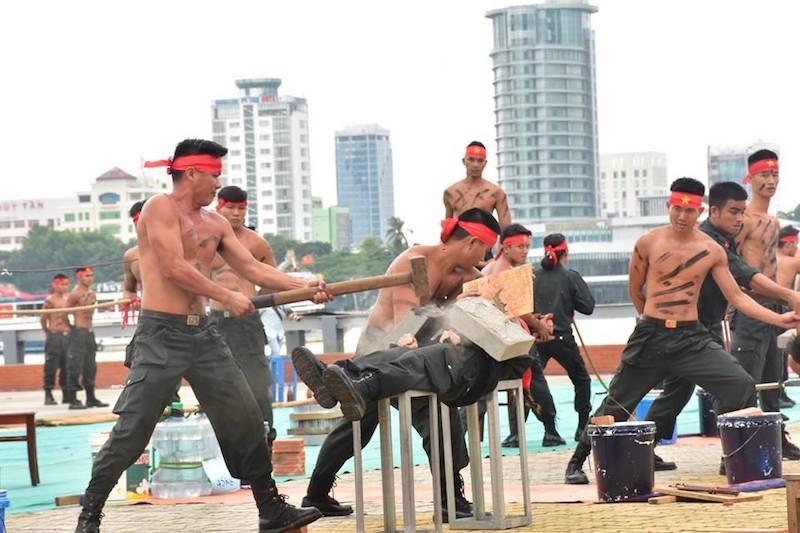 Những màn võ thuật chống khủng bố APEC đẹp mắt - ảnh 13