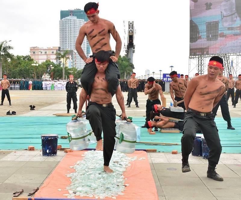 Những màn võ thuật chống khủng bố APEC đẹp mắt - ảnh 15