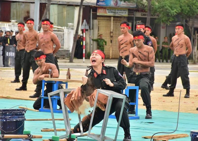 Những màn võ thuật chống khủng bố APEC đẹp mắt - ảnh 17