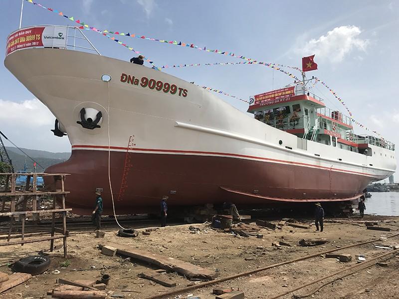 Hạ thủy tàu vỏ thép hậu cần nghề cá lớn nhất miền Trung - ảnh 1