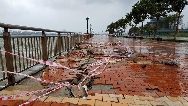 Kè sông Hàn bị sóng vỗ hỏng nghiêm trọng - ảnh 1