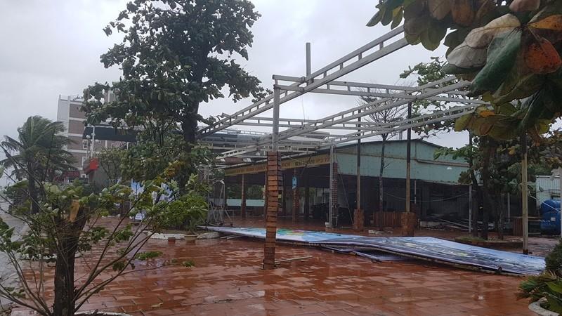 Đà Nẵng: Cổng chào, cây cối gãy ngã la liệt do bão  - ảnh 14