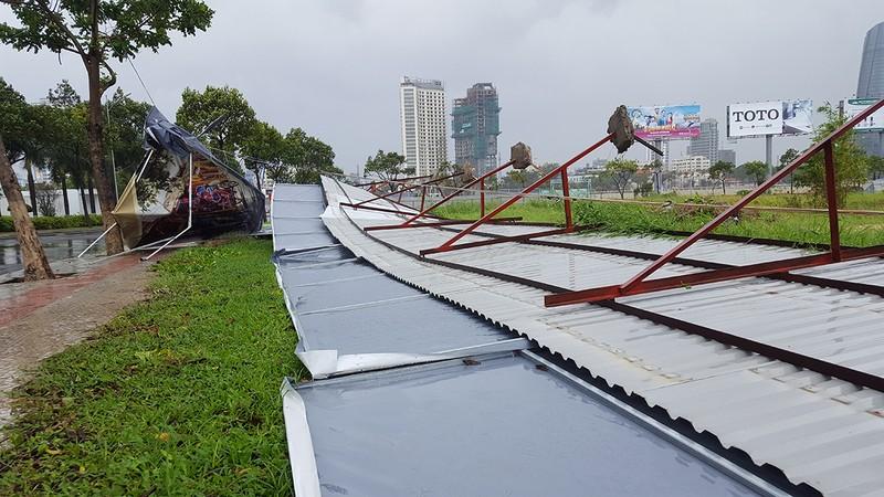 Đà Nẵng: Cổng chào, cây cối gãy ngã la liệt do bão  - ảnh 5