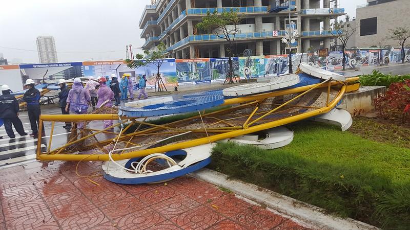 Đà Nẵng: Cổng chào, cây cối gãy ngã la liệt do bão  - ảnh 1