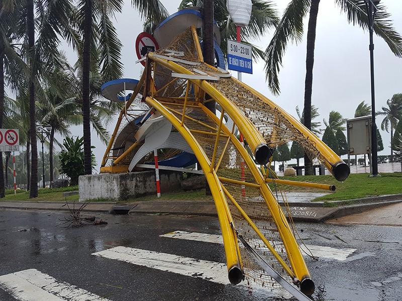 Đà Nẵng: Cổng chào, cây cối gãy ngã la liệt do bão  - ảnh 2