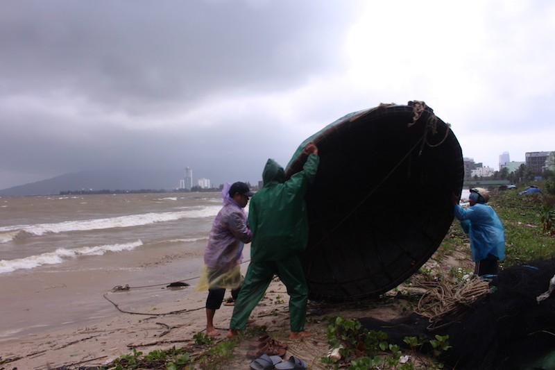 Đà Nẵng: Cổng chào, cây cối gãy ngã la liệt do bão  - ảnh 8